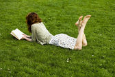 Young woman reading in the park — Stock Photo