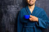 Człowiek w szaty śniadanie menu na tablicy — Zdjęcie stockowe