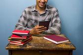 Genç adam onun ereader kitaplar için tercih ediyor — Stok fotoğraf