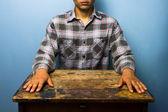 緊張した姿勢で机に座っている男 — ストック写真