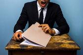 Trött affärsman tittar över dokument — Stockfoto