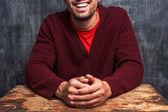 Lycklig man sitter framför svarta tavlan — Stockfoto
