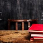 pila di libri di lavagna con cattiva matematica — Foto Stock