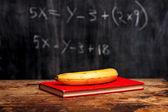 Muz ve blackboard ile denklemi tarafından kitap — Stok fotoğraf