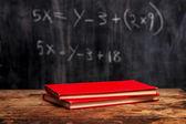 Böcker av tavlan med ekvation — Stockfoto