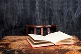 Ανοίξτε το βιβλίο στο γραφείο με το μαυροπίνακα — Φωτογραφία Αρχείου