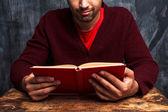 Hombre leyendo frente a la pizarra — Foto de Stock