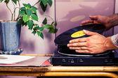 Manos comercialización lp turntable — Foto de Stock