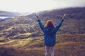 Jeune femme étant un avec la nature sur le dessus de la montagne — Photo