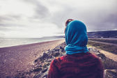 Woman admiring the sea on a cold autumn day — Stock Photo