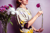 Young woman arranging a bouquet of flowers — Stock Photo