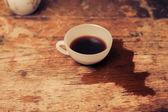 šálek kávy na dřevěný stůl — Stock fotografie