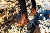 Stiefel wandern zwischen den felsen am strand hautnah — Stockfoto