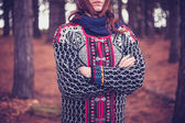 站在森林里的年轻女子 — 图库照片