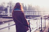 Young woman admiring canal — Stockfoto