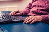 Donna di lavorare su un computer portatile a casa — Foto Stock