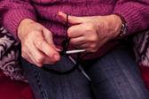 старая женщина вязание — Стоковое фото