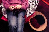 Mujer tejiendo — Foto de Stock