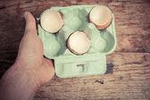 Mano sosteniendo una bandeja con cáscaras de huevo — Foto de Stock