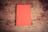 красная книга на деревянный стол — Стоковое фото