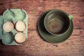Coquilles d'oeufs et de la tasse vide — Photo