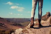 Joven mujer caminando en las montañas — Foto de Stock