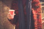 Jovem de pé na rua com um copo de papel — Foto Stock