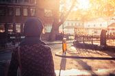 Jonge vrouw lopen in de stad op een zonnige dag — Stockfoto