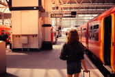 Mujer joven a bordo de un tren — Foto de Stock
