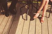 Junge frau und mann entspannend auf veranda — Stockfoto