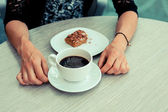 Young woman having coffee and cake — Stock Photo