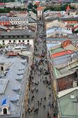 Touristen in der Hauptstraße von Krakau — Stockfoto