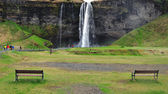 2 benches and waterfall — Stock Photo