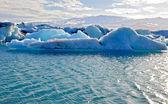 Blue icelandic icebergs in Jokulsarlon — Stock Photo