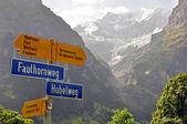 Voetpad ondertekenen in Zwitserse Alpen — Stockfoto