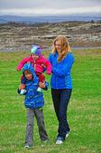 Mamma gioca con i bambini — Foto Stock