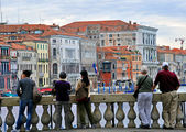 Tourists watching on Grand Canal from Rialto bridge — Φωτογραφία Αρχείου