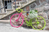 Bici colorate con fiori — Foto Stock