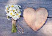 сердце и ромашки — Стоковое фото