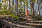 Petite fille marche dans le parc — Photo
