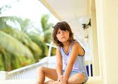 Jovem menina relaxante sobre o ballcony — Fotografia Stock