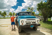 Teenager standing beside an old truck — Stock Photo