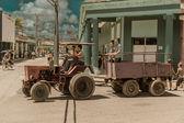 Römork insanlar küba kasaba sokağa taşıyor ve traktör — Stok fotoğraf