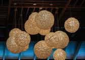 Stylové elektrické lucerny koulí visí od stropu tmavě hnědá — Stock fotografie