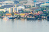 Community and temple at the Chao Phraya River — Stock Photo