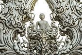 Estátua de buda no wat rong khun, província de chiang rai, tailândia — Fotografia Stock