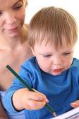 Anne oğlu çizmek için öğretir — Stok fotoğraf