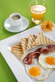 Snídaně - tousty, vejce, slanina — Stock fotografie
