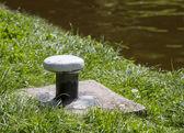 železo vyvazovací post na straně průplavu — Stock fotografie