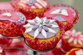 Smakelijke cupcake op standaard — Stockfoto